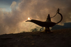 Les génies artisanaux antiques de nuits d'Aladdin Arabian dénomment la lampe à pétrole avec de la fumée de blanc de lumière molle Photographie stock libre de droits