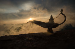 Les génies artisanaux antiques de nuits d'Aladdin Arabian dénomment la lampe à pétrole avec de la fumée de blanc de lumière molle Image libre de droits