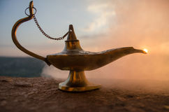Les génies artisanaux antiques de nuits d'Aladdin Arabian dénomment la lampe à pétrole avec de la fumée de blanc de lumière molle Image stock