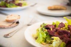 les gésiers plaquent avec le saladier avec de la salade Image stock