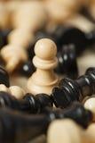 Les gages noirs et blancs de pièces d'échecs ont entouré le plan rapproché Photographie stock