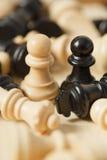 Les gages noirs et blancs de pièces d'échecs ont entouré le plan rapproché Images stock