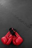 les gants de boxe accrochent sur le clou sur le mur de texture avec l'espace de copie pour t photographie stock