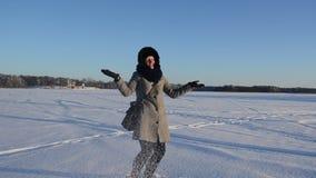 Les gants de manteau de femme jettent l'hiver friable pelucheux d'amusement de vent de neige clips vidéos