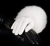 Les gants des belles femmes en cuir noires et blanches Photographie stock libre de droits
