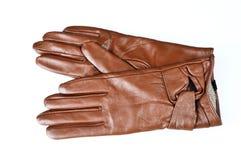 Les gants en cuir bruns des femmes d'isolement sur le blanc image libre de droits