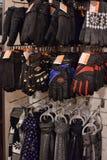 Les gants et les écharpes des hommes Photographie stock libre de droits