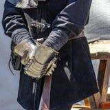 Les gants médiévaux d'un chevalier, pour la protection ont fait entièrement du métal photos libres de droits