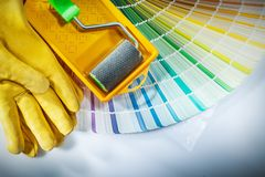 Les gants protecteurs de plateau de rouleau de peinture colorent l'échantillonneur sur le backg blanc Photo stock