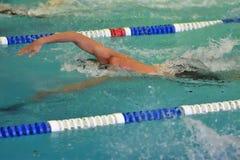 Les garçons concurrencent dans la natation Images stock