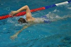 Les garçons concurrencent dans la natation Image libre de droits