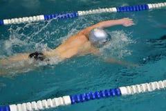 Les garçons concurrencent dans la natation Image stock