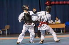 Les garçons concurrencent dans le Kobudo Photos libres de droits