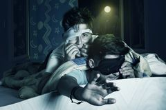 Les garçons effrayés avec le masque de sommeil ont effrayé au sujet du film d'horreur à l'être photos libres de droits