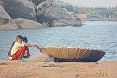 Les garçons indiens s'approchent de la pêche de bateau Photographie stock libre de droits