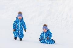 Les garçons jumeaux marchant en parc en hiver, apprennent à prendre les premières étapes Photos stock