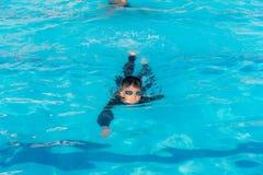 Les garçons nagent dans la piscine images libres de droits