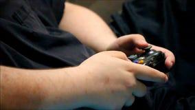 Les garçons remettent jouer avec le contrôleur de jeu vidéo banque de vidéos