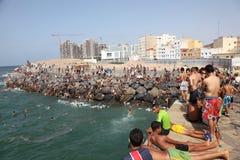 Les garçons sautant dans la mer, Casablanca image libre de droits