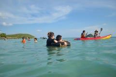 Les garçons sont heureux et amusement pour voir l'océan pour la première fois Image libre de droits
