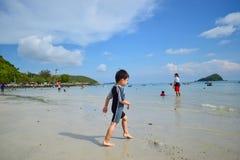 Les garçons sont heureux et amusement pour voir l'océan pour la première fois Photographie stock