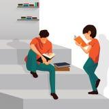 Les garçons sont livre de lecture sur des escaliers Image libre de droits
