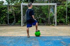 Les garçons sont sur le point de tirer le football sur le lancement image stock