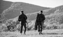 Les garde-chasse d'amis de chasseurs marchent le fond de montagnes Chasse avec l'associ? pour fournir un plus grand amusement de  image stock