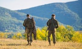 Les garde-chasse d'amis de chasseurs marchent le fond de montagnes Chasse avec l'associ? pour fournir un plus grand amusement de  images stock