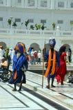 Les gardes colorées dans le Harmandir complexe Sahib ;  Temple d'or, Amritsar Image stock