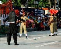 Les gardes de marche de Pakistanais et d'Indien dans l'uniforme national à la cérémonie d'abaisser le flagsLahore, Pakistan Photographie stock libre de droits