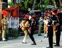 Les gardes de marche de Pakistanais et d'Indien dans l'uniforme national à la cérémonie d'abaisser les drapeaux Lahore, Pakistan Images stock