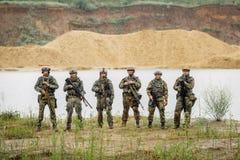 Les gardes forestières team la position avec le fusil et regarder l'appareil-photo photos stock
