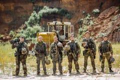 Les gardes forestières team la position avec le fusil et regarder l'appareil-photo image libre de droits
