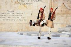 Les gardes s'approchent du parlement à Athènes, Grèce Photo stock