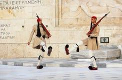 Les gardes s'approchent du parlement à Athènes, Grèce Photos stock