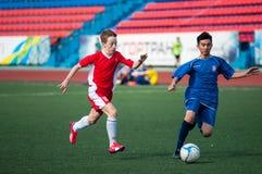 Les garçons jouent au football, Orenbourg, Russie Photographie stock libre de droits