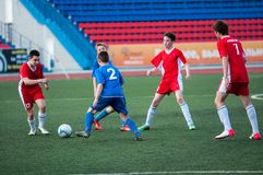 Les garçons jouent au football, Orenbourg, Russie Photos libres de droits