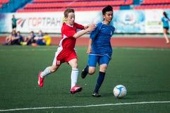 Les garçons jouent au football, Orenbourg, Russie Image libre de droits
