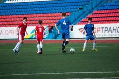 Les garçons jouent au football, Orenbourg, Russie Photo stock