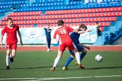 Les garçons jouent au football, Orenbourg, Russie Photo libre de droits