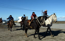 Les gauchos montent le long de la route en Rio Grande photo libre de droits