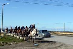 Les gauchos montent le long de la route en Rio Grande Photographie stock libre de droits