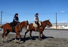 Les gauchos montent le long de la route en Rio Grande images libres de droits