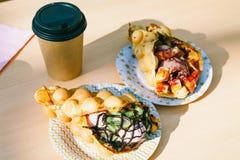 Les gaufres de Hong Kong et la tasse de café de papier Photo libre de droits
