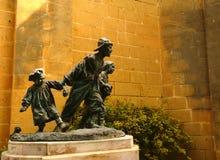 Les Gavroches skulptur Arkivbild