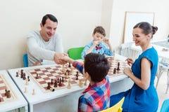 Les gens à l'école d'échecs images libres de droits