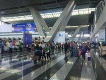 Les gens à l'aéroport à Manille, Philippines Photos stock