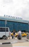 Les gens à l'aéroport de Domodedovo Photographie stock libre de droits