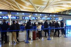Les gens à l'aéroport de Shanghai Pudong font la queue pour signent Photographie stock libre de droits